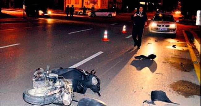 Duran motosiklete otomobil çarptı: 1 yaralı