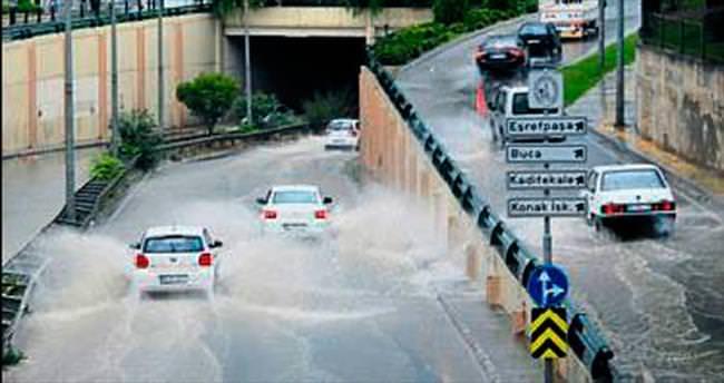 İzmir'de şiddetli yağış etkili oldu