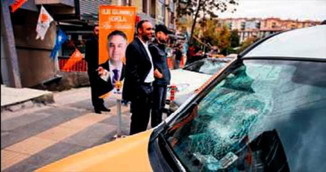 AK Parti seçim aracına taşlı sopalı saldırı