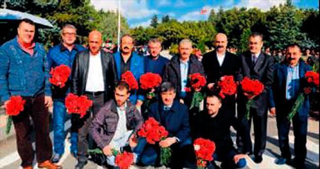 Anıtkabir'de çiçek dağıttılar