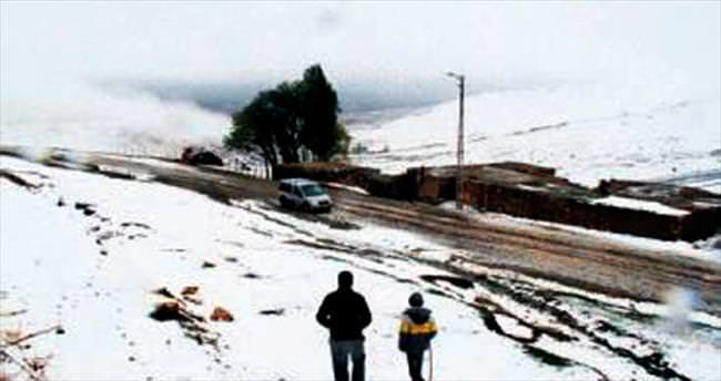 Ağrı'ya kar yağdı Batı'da fırtına var