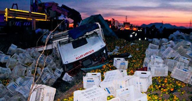 Mandalina yüklü TIR ile otomobil çarpıştı 2 ölü