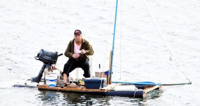 Sokaktan topladığı malzemelerle tekne yaptı