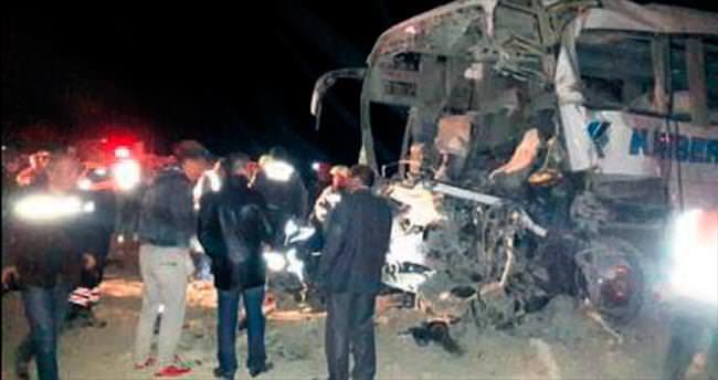 Otobüs TIR'a arkadan çarptı: 3 ölü 24 yaralı