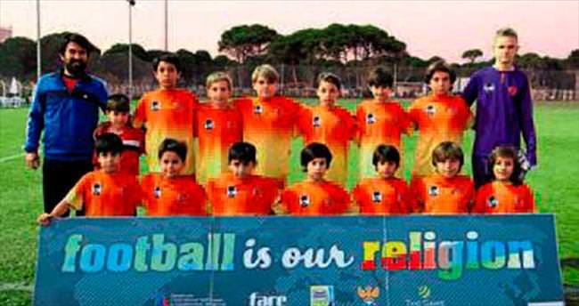 Minikler ırkçılığa karşı futbol oynuyor