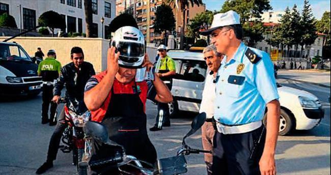 Hatay polisinden sürücülere kask