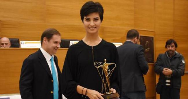 Tuba Büyüküstün Vatikan'dan ödül aldı
