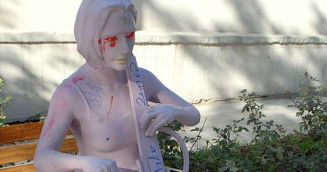 Çello çalan kadın heykeline yapmadıklarını bırakmadılar