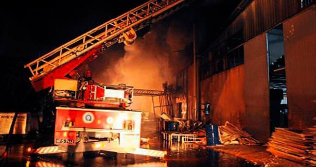 Mobilya atölyesi yangında kül oldu