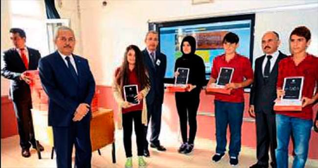 Öğrencilere tablet dağıtıldı