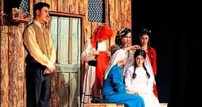 Genç tiyatrocular perdelerini açtı