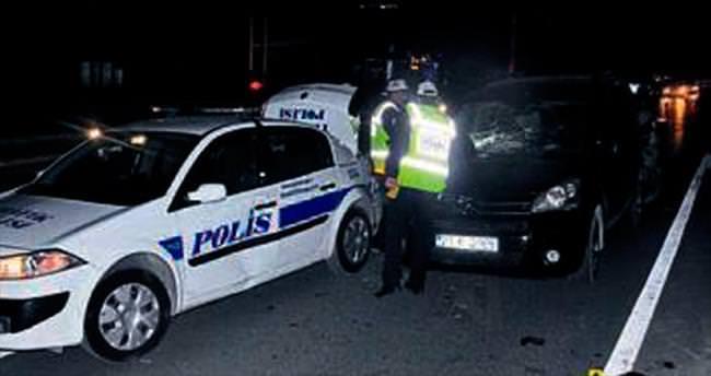 Dubaları toplayan polise araç çarptı