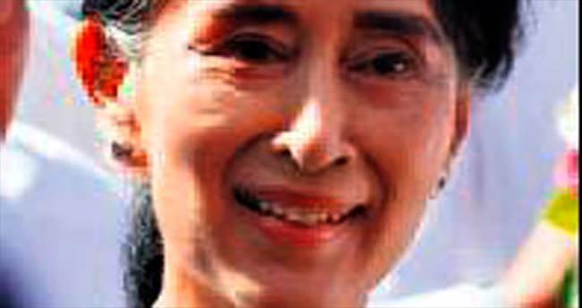 Myanmar'da Kyi zaferini ilan etti