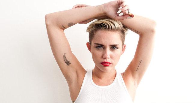 Miley bu kez tamamen çıplak