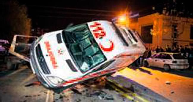 Ambulans yan yattı: 3 yaralı