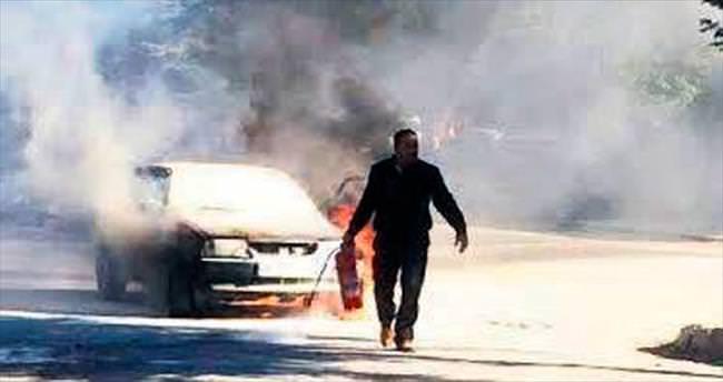 Park etmiş araç alev alev yandı