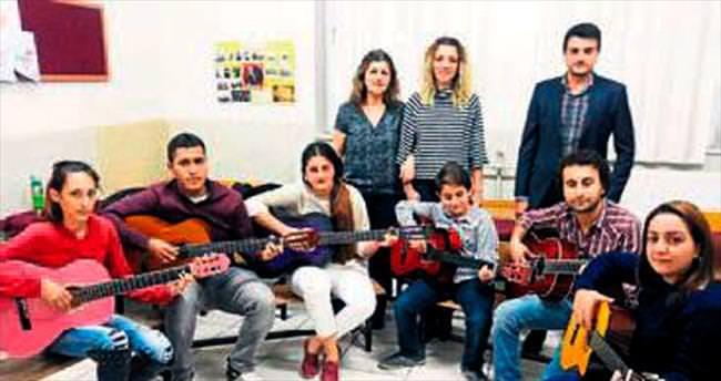 Halk eğitimin gitar kursu ilgi görüyor