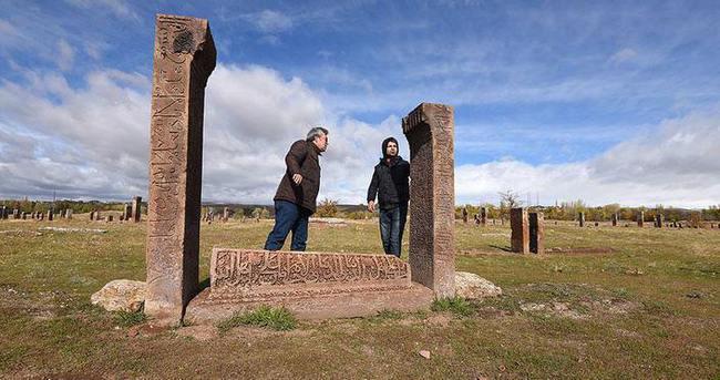 'Esma-ül Hüsna' işlemeli mezar taşı bulundu