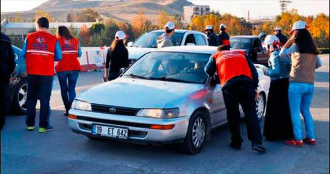 Gönüllü trafikçilerden sürücülere uyarı