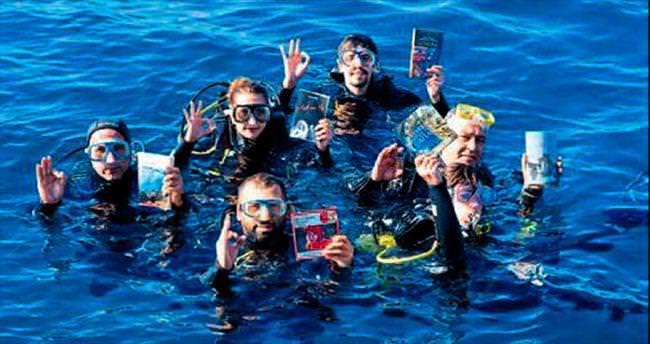 Su altında kitap okuma etkinliği