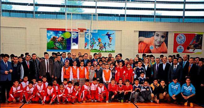 Kahramanmaraş'ta okul sporları töreni başladı