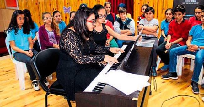 Genç piyano sanatçısı öğrencilerle buluştu
