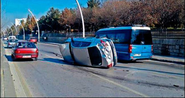 Sınava yetişmek isterken kaza yaptı