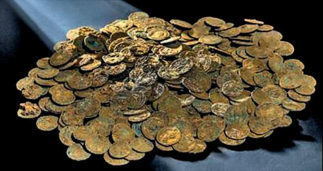 Çiftçi, tarlada 4 bin altın Roma sikkesi buldu