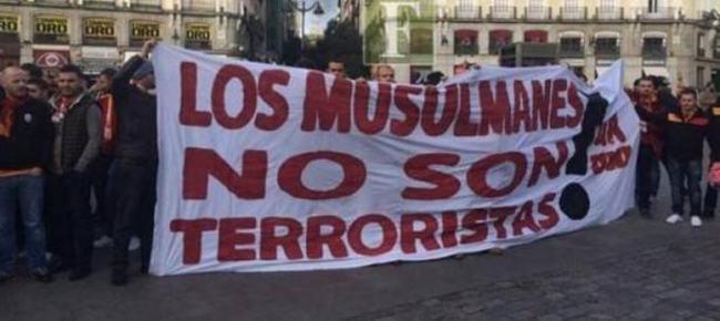 """Madrid maçı öncesi """"Müslümanlar terörist değildir"""" pankartı"""