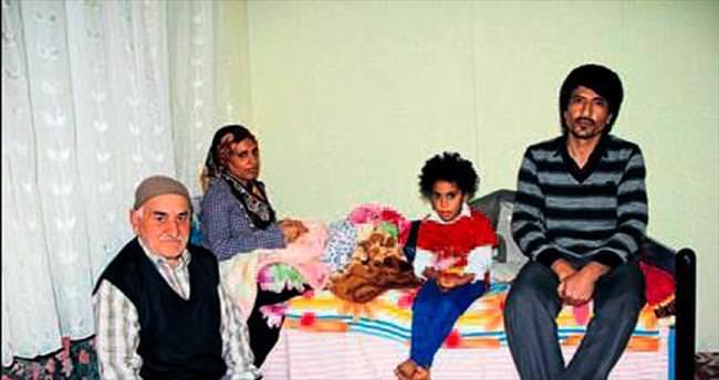 Sokakta yaşayan aileye sahip çıktı