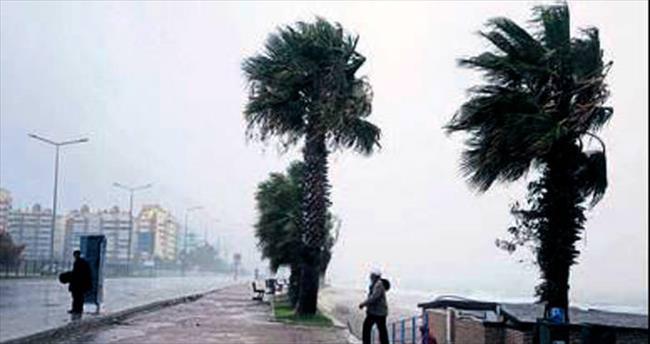 Lodos ve yağmur Antalya'yı etkiledi