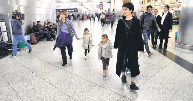 Tuba Büyüküstün ikizleriyle birlikte Paris'e uçtu