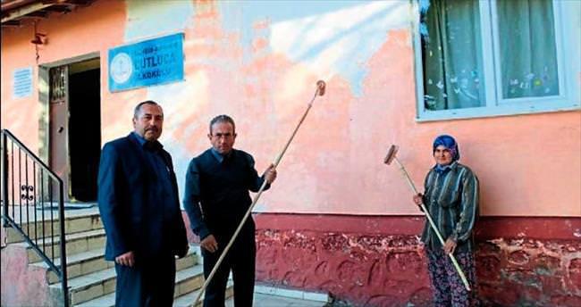 Köy okuluna imece usulü boya
