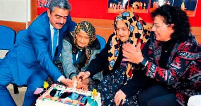 İkiz nineler 101'inci yaş pastası kesti