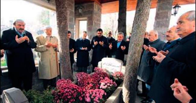 Abdülhakim Arvasi kabri başında anıldı