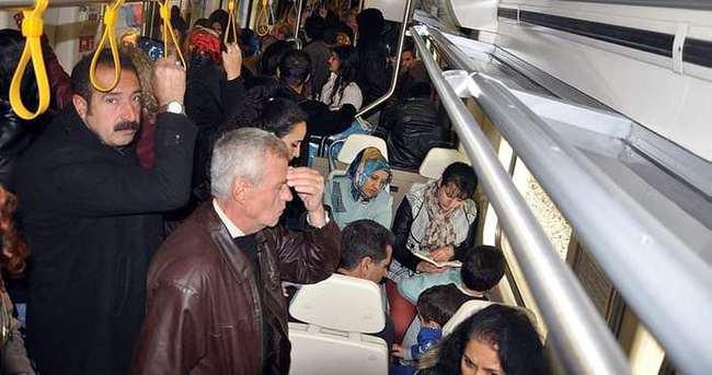 İzmir'de vatandaşlar trende mahsur kaldı