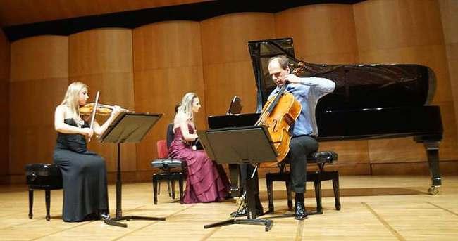 'Ayur Trio' konser verdi