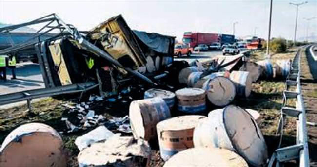 Direğe çarpan kağıt kamyonunun sürücüsü öldü