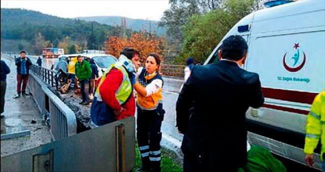 Yoldaki görevliye minibüs çarptı