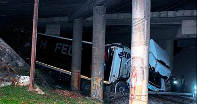 Tır köprüden düştü şoförü yaralandı