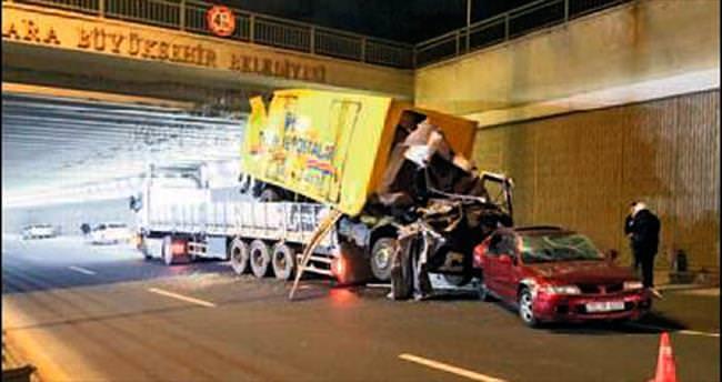TIR kasasındaki hasarlı araçlar köprüye takıldı