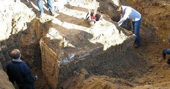 Temel kazısından 1900 yıllık lahit çıktı