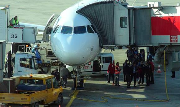 THY uçağının altına yer hizmetleri aracı sıkıştı