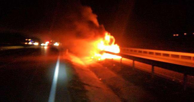 Hareket halindeki otomobil alev alıp yandı