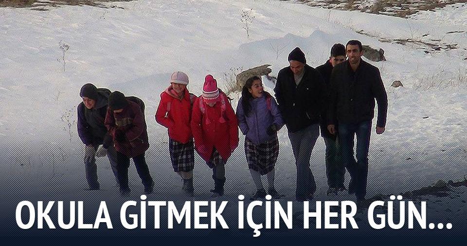 Okula gitmek için her gün 5 kilometre yol yürüyorlar