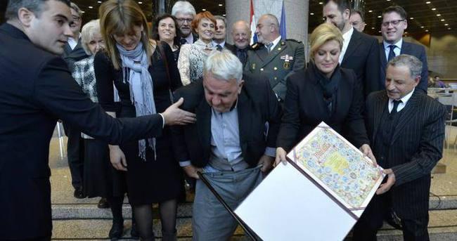 Fotoğrafı çekilen Hırvat Başkan'ın pantolonu düştü