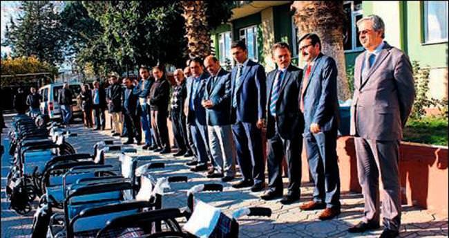 Mavi kapaklarla 20 tekerlekli sandalye