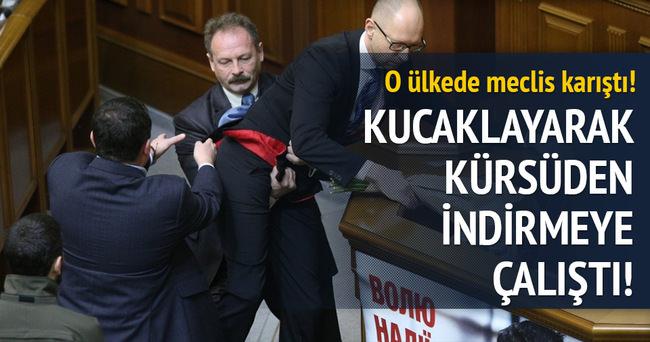 Ukrayna'da bir vekil, Başbakan Yatsenyuk'u kucaklayarak kürsüden indirmeye kalktı