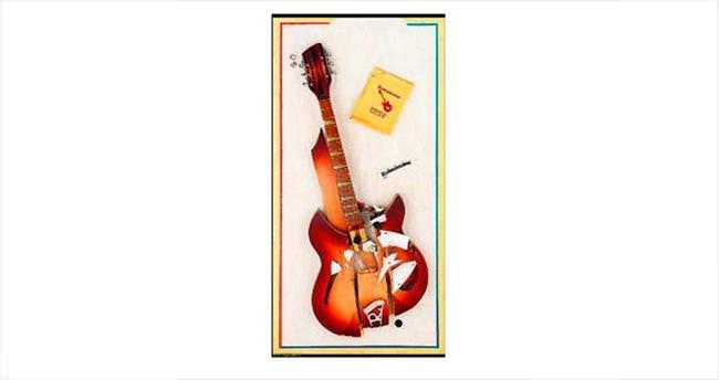 Konserde parçalanan gitara servet