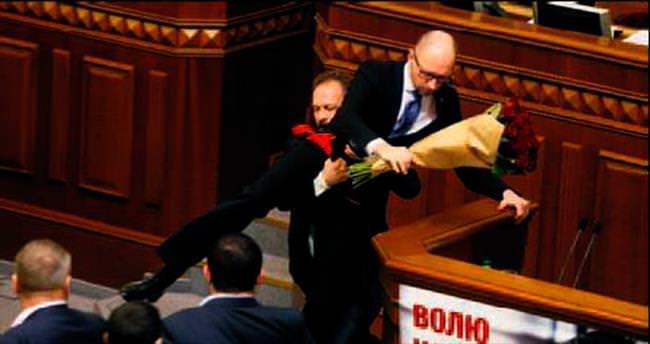 Başbakan'ı kaldırıp kürsüden indirdi